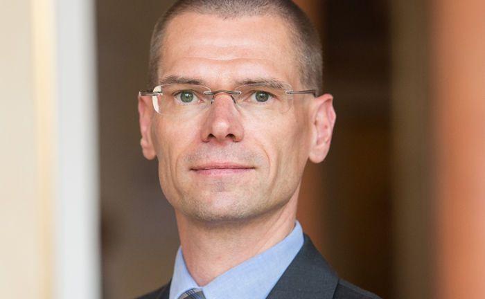 Lutz Röhmeyer, früher LBB-Invest, jetzt Capitulum Asset Management, erklärt, wie man die Rentenseite in Zeiten der Zinswende wetterfest macht.. |© Sven Jakobsen
