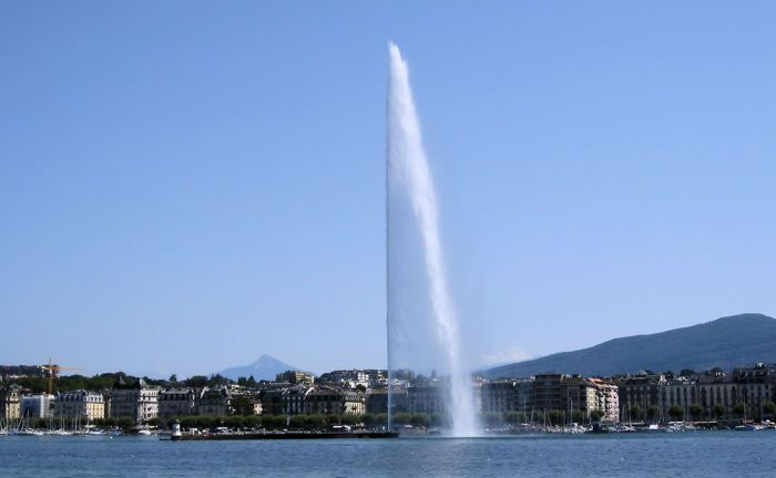 Springbrunnen im Genfer See, das Wahrzeichen der Westschweizer Stadt: Der unter Betrugsverdacht stehende adlige Private Banker war in der Nähe der Stadt wohnhaft.