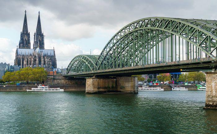 Die Wahrzeichen Dom und Hohenzollernbrücke: In der Kölner Zentrale sucht die Pax-Bank einen Gruppenleiter Vermögensverwaltung.