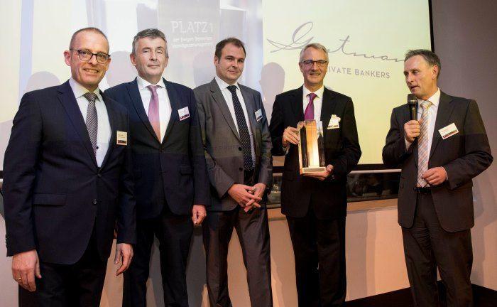 Robert Striberny (2. v.r.) von der Bank Gutmann nimmt den 1. Preis entgegen. |© Fuchsbriefe