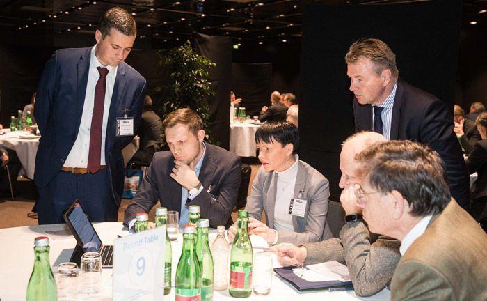 David Hartmann (l.) von Vontobel – mein-zertifikat.at zeigt lässt die Gäste seines Roundtables einen Blick in seine Präsentation werfen.|© Anna Rauchenberger, Arman Rastegar