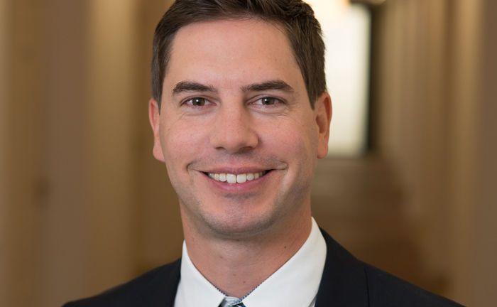 Florian Grenzebach leitet Vertrieb und Kundenbetreuung der V-Bank. Zudem hat ihn das Intsitut seit 1. November 2018 zum Generalbevollmächtigten befördert.