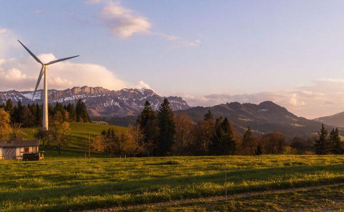 Windkraftrad vor einer Bergkulisse: Ein neuer Unicredit-Indexfonds investiert in europäische Green Bonds.