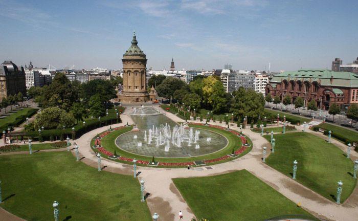 Der Mannheimer Friedrichsplatz mit Wasserturm, Wasserspielen und Rosengarten.