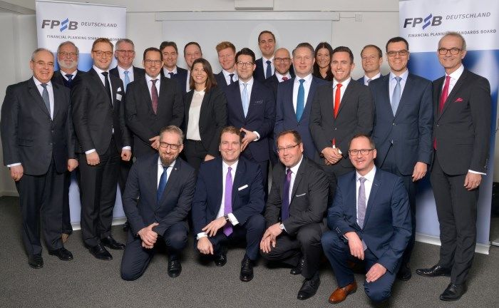 Die neuen Zertifikatsträger mit FPSB-Deutschland-Vorstandschef Rolf Tilmes (ganz links), Beisitzer Peter Asmussen (2.v.l.), Tilmes-Stellvertreter Carsten Mittermüller (untere Reihe ganz links) und Schriftführer Maximilian Kleyboldt (ganz rechts).