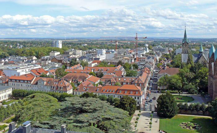 Ideale Lage: Südlich von Bad Homburg boomt Frankfurt am Main, im Norden lockt der Taunus.|© Wikimedia