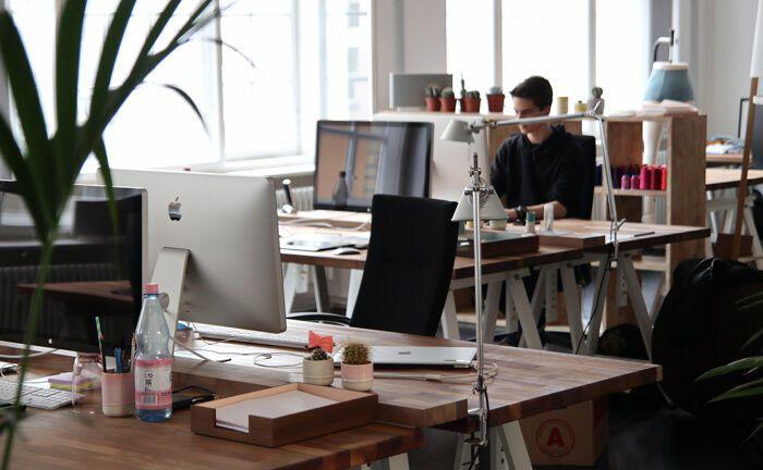 Büroräume mit mehreren Arbeitsplätzen: Investec hat das Frankfurter Büro aufgrund der wachsenden Zahl an Mitarbeitern in größeren Räumlichkeiten verlegt.