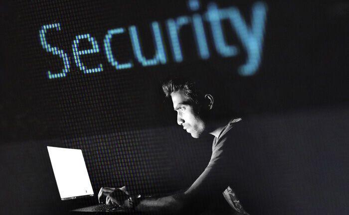 Der Schaden durch Cyber-Attacken steigt weltweit stetig an.