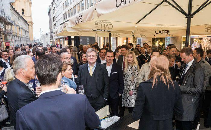 Das Armani Caffe bereitet den Gästen einen angenehmen Empfang, mitten in der belebten Münchner Fußgängerzone.