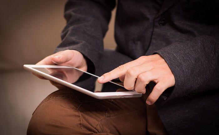 Tablet in Gebrauch: Sparkassen-Kunden sollen das Private-Banking-Portal künftig selbst über jedes beliebige Endgerät nutzen können.|© Pixabay