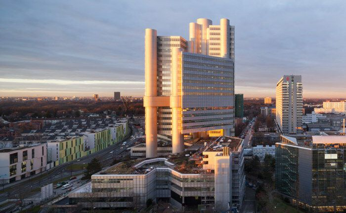 Der denkmalgeschützte HVB-Tower ist ein Verwaltungsgebäude der Hypovereinsbank in München.