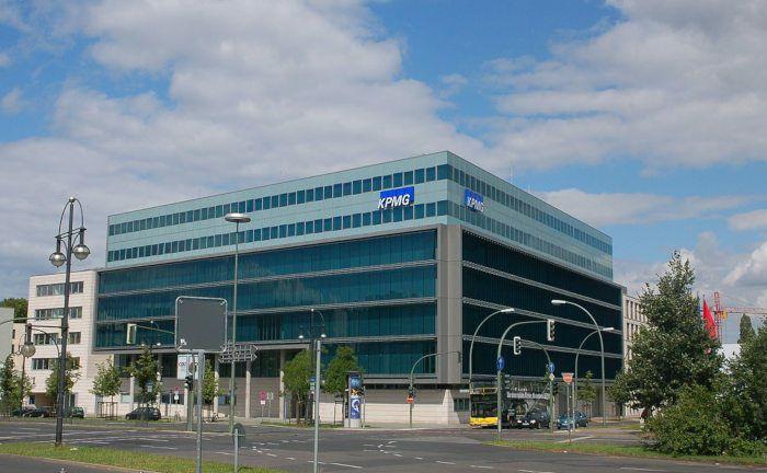 Die Deutschlandzentrale von KPMG in Berlin. Der Bau wurde von dem Architekten Nicholas Grimshaw gestaltet.