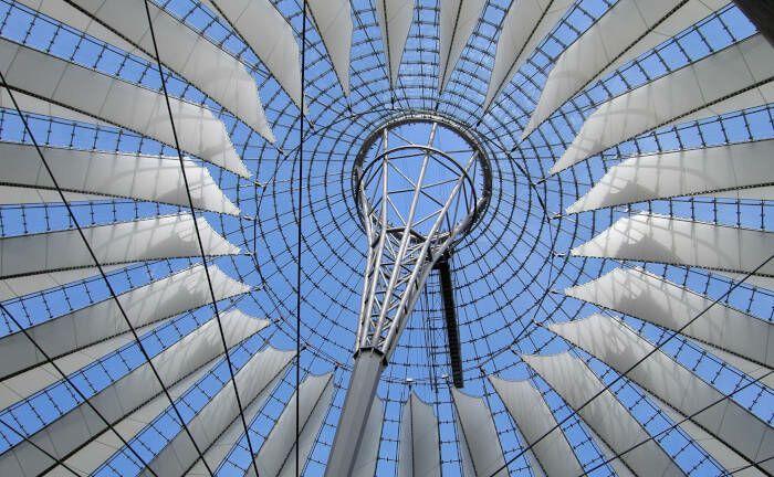 Am Potsdamer Platz in Berlin stehen zahlreiche Gewerbeimmobilien, darunter das Sony-Center mit einer spektakulären Dachkonstruktion.