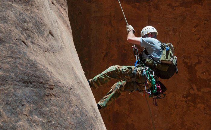 Kontrollierter Aufstieg eines Bergsteigers: Absicherung bei der Geldanlage spielt für die Deutschen weiterhin eine herausragende Rolle.|© Pixabay