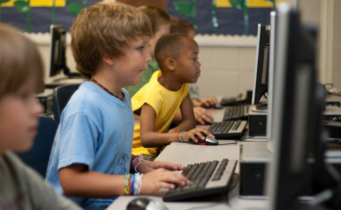 Schüler vor Computern: Die digitale Welt soll jetzt auch in die Bildungssysteme einziehen.|© Cherylt23 / Pixabay