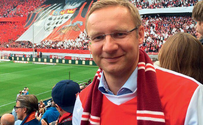 Eckhard Sauren, Gründer des Kölner Dachfonds-Managers Sauren Finanzdienstleistungen, in Fankluft im Stadion.