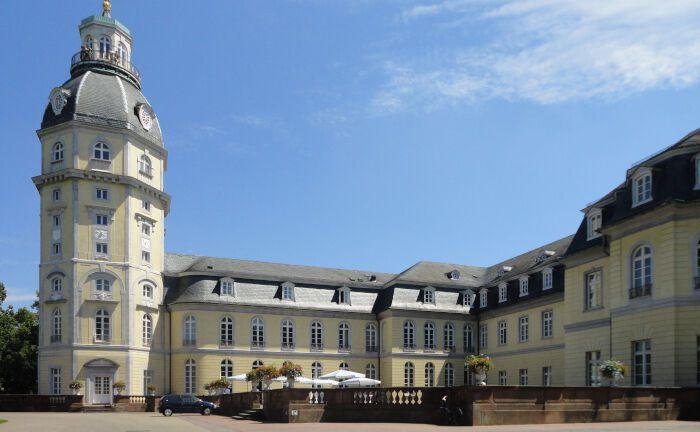 Das Karlsruher Schloss ist der Mittelpunkt des von 32 Radialstraßen gebildeten Karlsruher Stadtgrundrisses, dem sogenannten Fächer. |© Pero.s, https://creativecommons.org/licenses/by-sa/3.0/deed.de
