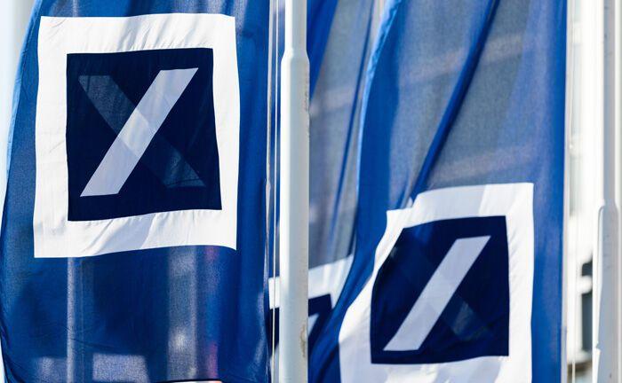 Fahnen der Deutschen Bank: Im Wealth Management setzt das Institut künftig auf zusätzliche ESG-Faktoren für ihre Investitionsentscheidungen.|© Deutsche Bank