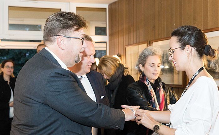 Das Kongressteam des 19. private banking kongress nimmt die Gäste auf der Abendveranstaltung im Hamburger und Germania Ruderclub in Empfang.|© Anna Rauchenberger, Jana Madzigon, Arman Rastegar
