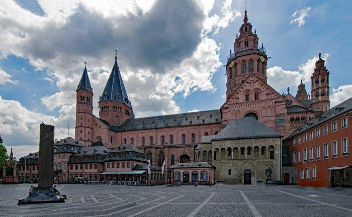 Mainzer Dom: Eine Bank mit Sitz in der Landeshauptstadt des Landes Rheinland-Pfalz soll tief verstrickt sein in Cum-Ex-Geschäfte.
