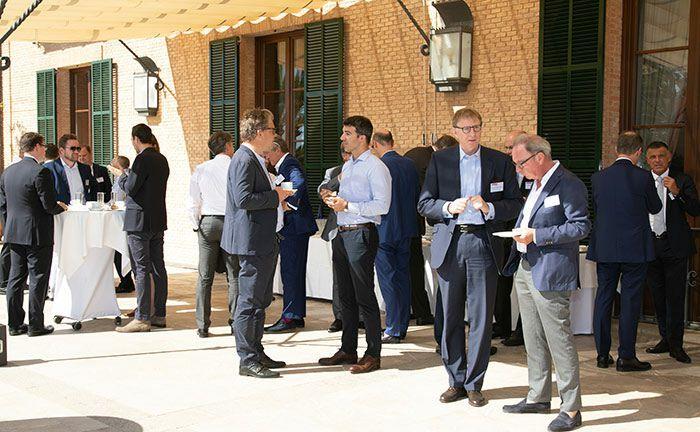 Mallorca-Sonne und Netzwerken geht wunderbar auf dem Private Banking Gipfel.|© Agnieszka Hintzler, Stern-Foto
