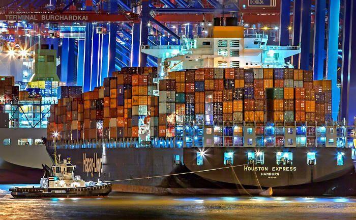 Containerschiff im Hafen von Hamburg (Symbolbild): In Hamburg hat sich ein neuer Interessenverein für Sachwerteanlagen, und damit auch Schiffe, gegründet.