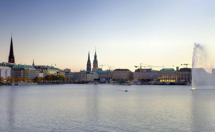 Blick auf die Hamburger Binnenalster: Die Hamburg Commercial Bank will sich künftig voll auf ihre Rolle als Geschäftsbank konzentrieren.|© Pixabay