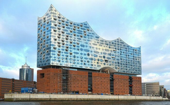 Die Elbphilharmonie ist das neue Wahrzeichen von Hamburg: In der Hansestadt beschäftigt der Krankenhauskonzern Asklepios 14.500 Mitarbeiter.|© Pexels