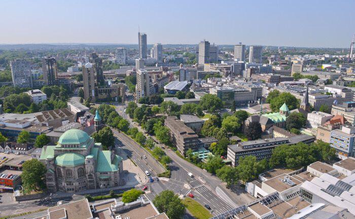 Blick auf die Stadt Essen: Aufgrund des Steinkohlenbergbaus sank die Erdoberfläche. Ohne ständiges Pumpen des Grundwassers wären weite Teile des Ruhrgebiets eine Seenlandschaft.