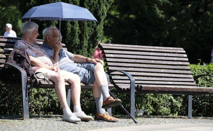 Zwei Rentner genießen das Leben: Die Pensions-Akademie aus Frankfurt am Main verleiht Anfang Februar 2020 den deutschen ESG-Pensions-Award und prämiert nachhaltige Anlagen von Pensionseinrichtungen.