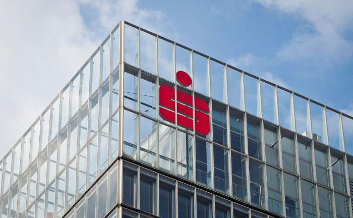 Fassade einer Sparkasse: Der Sparkassenverband Bayern sucht einen Spezialisten für Risikomanagement.