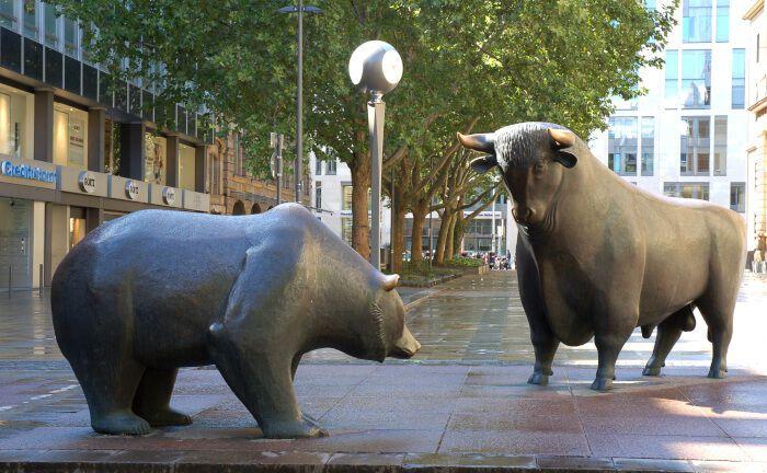 Bulle und Bär vor der Frankfurter Börse: Die Unternehmen im Dax haben in diesem Jahr mit ihren Kapitalanlagen richtig gelegen.