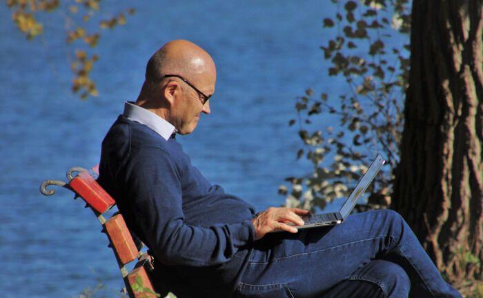 Ein Mann blickt auf sein Laptop: Unternehmen investieren in die Digitalisierung der Rentenverwaltung. |© Pixabay