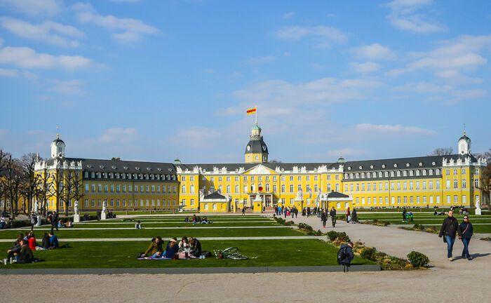 Blick auf das Karlsruher Schloss samt Schlossgarten: In der zweitgrößten Stadt Baden-Württembergs hat Qcoon Invest seinen Sitz.|© Pixabay