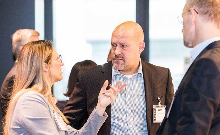 Eindrücke vom 20. private banking kongress in Wien: Thomas Peychal (Mitte), Geschäftsführer beim Wiener Vermögensberater PPP Financial Solutions, im Gespräch