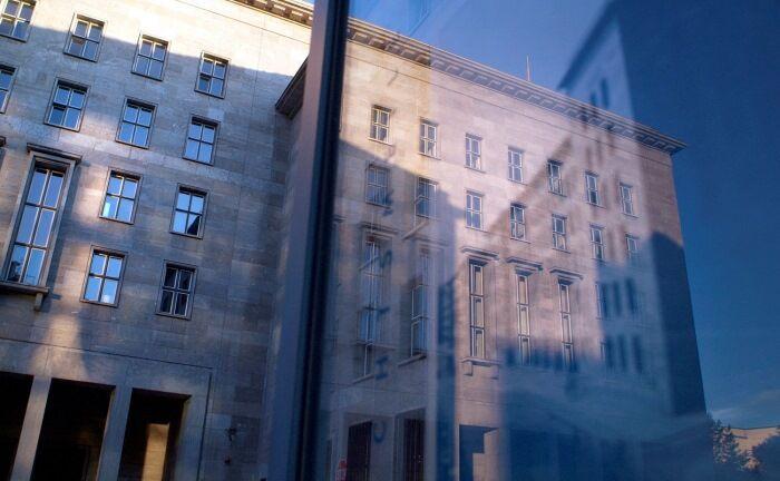 Bundesfinanzministerium in Berlin: Mit versteckten Zahlenspielereien fließen hohe Emissionsgewinne aus Anleihen in den aktuellen Staatshaushalt – zulasten kommender Generationen.