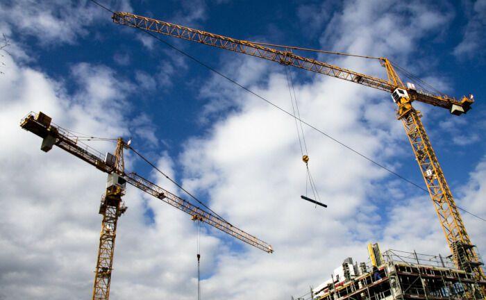 Zwei Kräne auf einer Baustelle: Das Versorgungswerk der Zahnärztekammer Schleswig-Holstein beteiligt sich am Projektentwickler Evoreal.