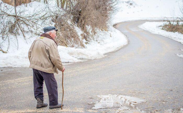 Ein Rentner geht auf einer winterlichen Straße spazieren: Mit einem aktuellen Urteil äußert sich der Europäische Gerichtshof zu einem komplexen Sachverhalt in der betrieblichen Altersversorgung.