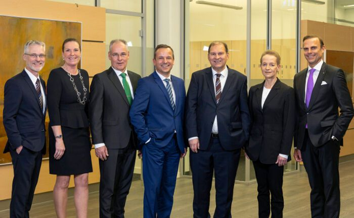 Valexx-Vorstand Mirko Albert (rechts) mit den sechs Neuzugängen: Dierk Hansen, Gabriele Steinker, Michael Wortmann, Andreas Stöter, Michael Graff und Katrin Lisok (von links).|© Valexx