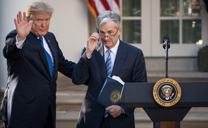US-Präsident Donald Trump (links) mit Jerome Powell, dem Vorsitzenden der Federal Reserve: Die Zinswende in den USA spricht gegen ein baldiges Ende der Minizinsen.