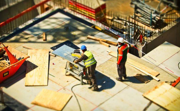 Zwei Bauarbeiter gehen auf einer Baustelle ihrer Arbeit nach: Die Deutsche Invest Immobilien will einen Fonds ins Leben rufen und damit Grundstücke für Projektentwicklungen kaufen. |© Pixelio