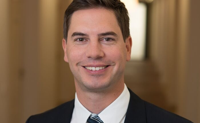 V-Bank-Vertriebschef Florian Grenzebach.