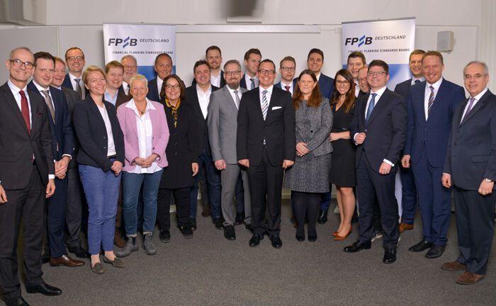 Rolf Tilmes (r.), Vorstandsvorsitzender des FPSB Deutschland, begrüßt die neuen Absolventen im Kreis der zertifizierten Finanzplaner.
