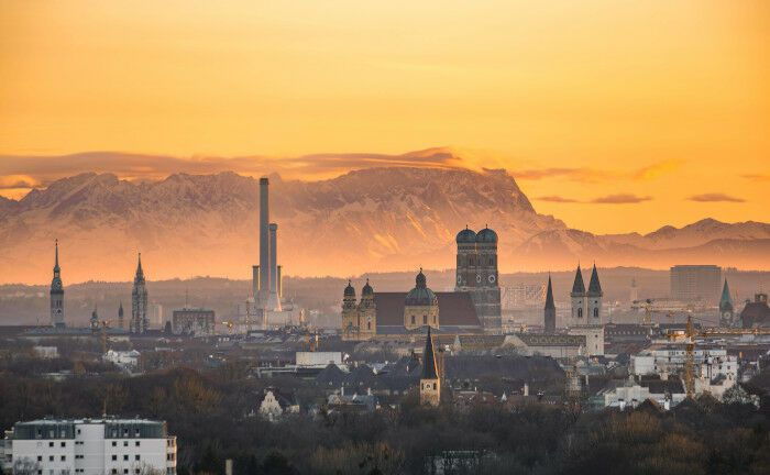 Blick über München mit der Zugspitze im Hintergrund: Der Asset Manager des Konzerns Versicherungskammer sucht am Standort München einen Geschäftsführer für Eigenkapitalinstrumente.