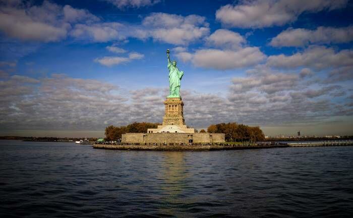 Blick auf die Freiheitsstatue in New York: Mit US-Hochzinsanleihen können Anleger aktienähnliche Renditen erzielen.|© imago images / robertharding