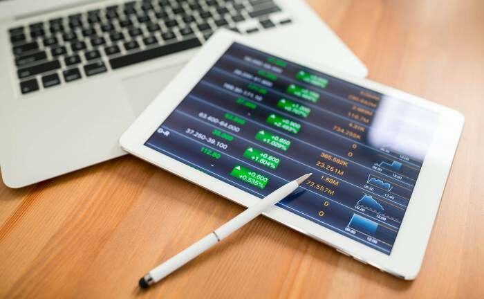 Tablet mit Kursverläufen: Das Jahr 2019 gestaltete sich für die Robo-Advisor im Echtgeld-Test von Brokervergleich mehrheitlich positiv.