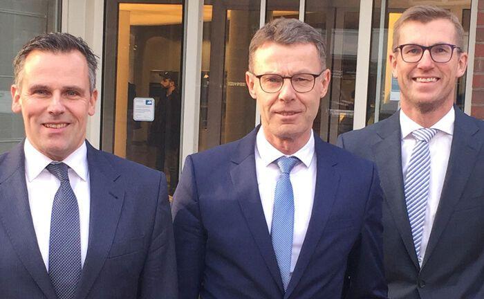 Vorstandsmitglied Michael Kersting (l.) und Vorstandschef Frank Overkamp (r.) begrüßen Rückkehrer Franz Josef Gebker, der bei der Volksbank Gronau-Ahaus in der Rolle des Generalbevollmächtigten das Private Banking ausbauen soll.
