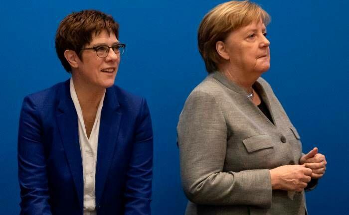 Annegret Kramp-Karrenbauer (l.) und Noch-Kanzlerin Angela Merkel: In Europa müssen sich Anleger derzeit mit vielen Unsicherheiten auseinandersetzen.