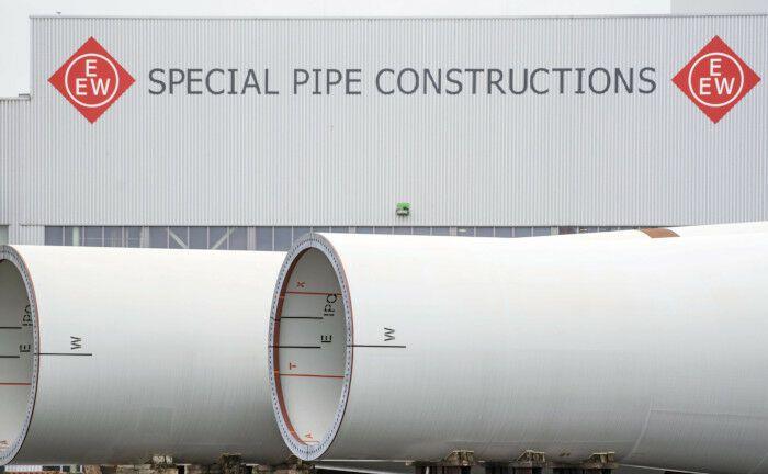Blick auf sogenannte Monopiles, die als Gründungspfähle für Offshore-Windtkraftanlagen dienen: Die Talanx leiht einem Pensionsfonds, der in Windparks investiert, Millionen. |© imago images / Fotoagentur Nordlicht