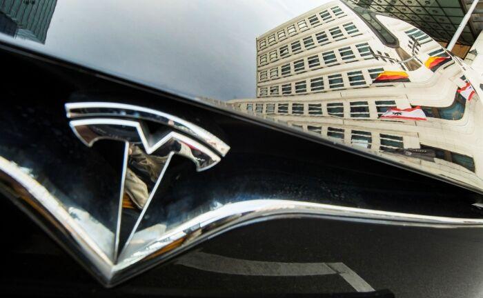 Teslafahrzeug in Berlin: Der Elektroautohersteller räumt bei MSCI ESG 65 Punkte ab, bei Robeco SAM hingegen nur 13 Punkte.|© imago images / Emmanuele Contini